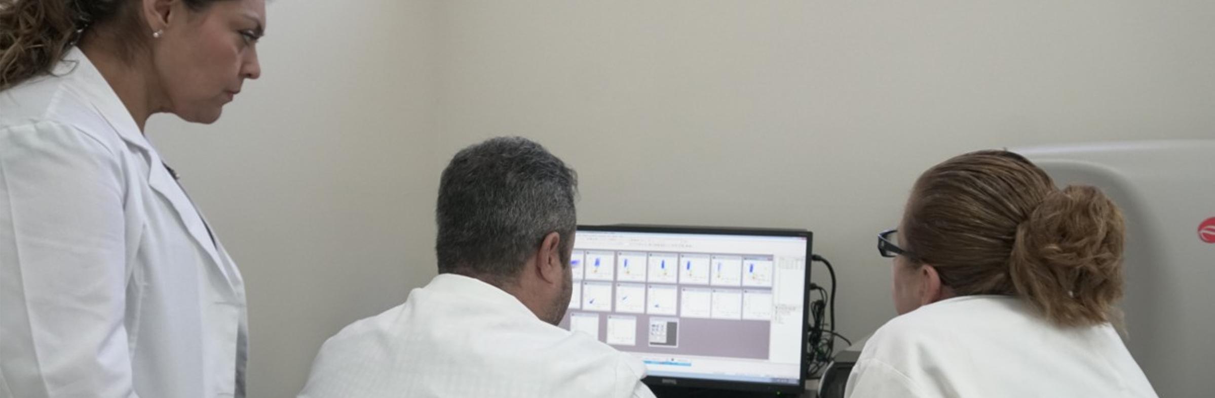 Citómetro de flujo: Equipo especializado para la detección de células leucémicas.